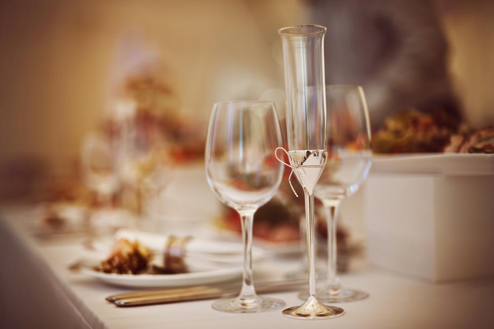 Glasses and dishes in a restaurant