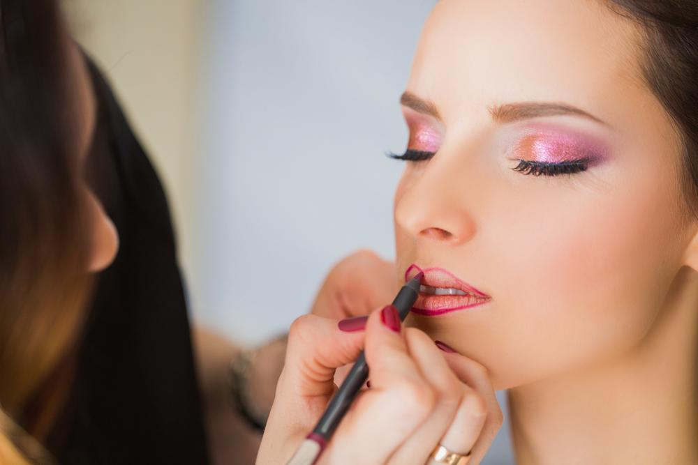 MediaShelf Changing the Shape of Your Lips with a Lipliner